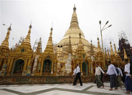 U.S. President Barack Obama tours the Shwedagon Pagoda in Yangon November 19, 2012. Obama became the first serving U.S. president to visit Myanmar on Monday, trying during a whirlwind six-hour trip to strike a balance between praising the government's progress in shaking off military rule and pressing for more reform. REUTERS/Jason Reed