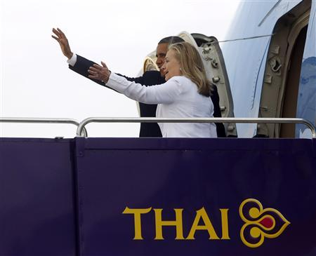 U.S. President Barack Obama and Secretary of State Hillary Clinton wave from the steps of Air Force One in Bangkok November 19, 2012. Poised to become the first U.S. head of state to travel to Myanmar, Obama will attempt to strike a balance on Monday between praising the government's progress in shaking off military rule and pressing it for further reforms. REUTERS/Jason Reed