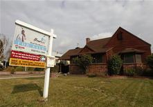 Casa usada à venda é fotografada em Burbank, Califórnia, EUA. As vendas de moradias usadas nos Estados Unidos subiram inesperadamente em outubro, em um sinal de que leves melhoras no mercado de trabalho do país estão ajudando o setor imobiliário a recuperar o ritmo. 15/12/2011 REUTERS/Fred Prouser