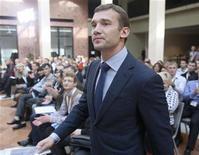 """El ex delantero ucraniano Andriy Shevchenko ha rechazado una oferta para dirigir al equipo nacional de su país, dijo el propio jugador el lunes. En la imagen de archivo, el delantero ucraniano Andriy Shevchenko a su llegada a la reunión con los miembros de su partido """"Ucrania adelante"""", en Kiev, el 19 de octubre de 2012. REUTERS/Gleb Garanich"""