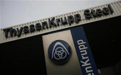 Logotipo do conglomerado industrial alemão ThyssenKrupp AG é fotografado em Duisburg, Alemanha. A ThyssenKrupp abrirá os registros para os interessados em suas usinas siderúrgicas nos Estados Unidos e no Brasil e vai pedir para que as companhias façam ofertas vinculativas pelas unidades deficitárias, disse a companhia nesta segunda-feira. 31/05/2012 REUTERS/Wolfgang Rattay