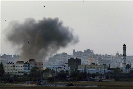 Black smoke rises after an Israeli air strike in the central Gaza Strip towards Israel November 19, 2012. REUTERS/Yannis Behrakis