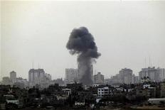Fumaça negra sobe após ataque aéreo israelense à Faixa de Gaza. Israel bombardeou dezenas de alvos em Gaza na segunda-feira e disse que, embora esteja preparado para intensificar a ofensiva enviando tropas, prefere a solução diplomática para encerrar os disparos de foguetes palestinos a partir do enclave. 19/11/2012 REUTERS/Yannis Behrakis
