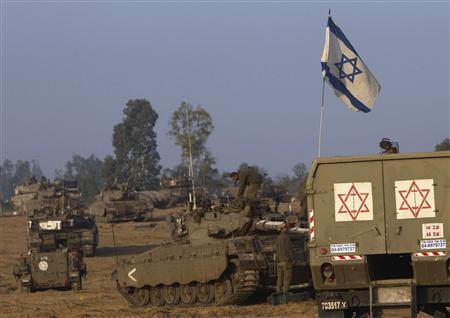 Israeli soldiers prepare tanks at a staging area near the border with the Gaza Strip November 19, 2012. REUTERS/Ronen Zvulun