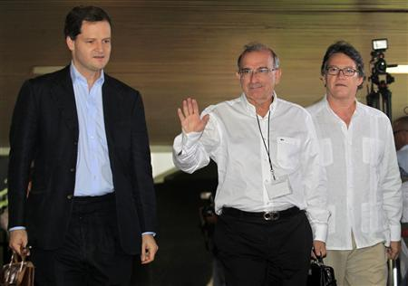 Colombia's lead government negotiator Humberto de la Calle (C) walks next to security advisor Sergio Jaramillo (L) as they arrive to talks in Havana November 19, 2012. REUTERS/Enrique De La Osa