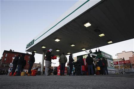 Customers wait in line at a Hess fueling station in Brooklyn, New York, November 9, 2012. REUTERS/Brendan McDermid