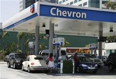 Un Juzgado de lo Mercantil de Madrid ha admitido a trámite una demanda presentada por la española Repsol contra la estadounidense Chevron por el Memorando de Entendimiento firmado el pasado 14 de septiembre con YPF, confirmó el lunes un portavoz de Repsol. En la imagen, conductores repostando en una gasolinera de Chevron en Burbank, California, el 31 de junio de 2009. REUTERS/Fred Prouser