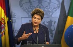 A presidente Dilma Rousseff responde questões durante coletiva junto com o primeiro-ministro Mariano Rajoy (que não aparece na foto) após reunião bilateral no palácio de Moncloa, em Madri. A presidente Dilma Rousseff disse nesta segunda-feira, em visita à Espanha, que o Brasil poderá contribuir para que haja crescimento em países europeus atingidos pela crise econômica internacional. 19/11/2012 REUTERS/Andrea Comas