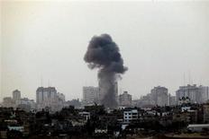 Israel bombardeó el lunes decenas de blancos en Gaza y dijo que aunque está preparado para escalar su ofensiva enviando tropas, prefiere una solución diplomática que ponga fin al lanzamiento de cohetes palestinos desde el enclave. En la imagen, humo negro se alza tras un ataque aéreo israelí en la Franja de Gaza, el 19 de noviembre de 2012. REUTERS/Yannis Behrakis