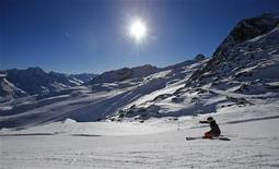 A skier skis down a slope on a sunny autumn day in the western Austrian glacier ski resort of Soelden, some 100km (62 miles) west of Innsbruck, November 16, 2012. REUTERS/Dominic Ebenbichler