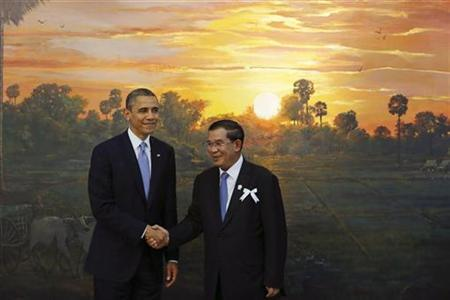 U.S. President Barack Obama (L) shakes hands with Cambodia's Prime Minister Hun Sen before the 4th ASEAN-U.S. leaders' meeting at the Peace Palace in Phnom Penh November 19, 2012. REUTERS/Damir Sagolj