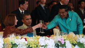 U.S. President Barack Obama watches on as Cambodia's Prime Minister Hun Sen toasts with Australian Prime Minister Julia Gillard at an East Asia Summit dinner in Phnom Penh, November 19, 2012. REUTERS/Jason Reed