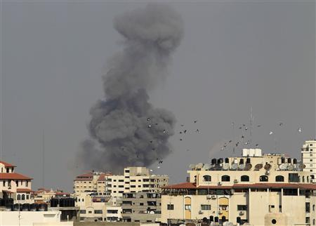 Smoke rises after an Israeli air strike in Gaza City November 19, 2012. REUTERS/Suhaib Salem