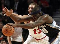Memphis Grizzlies' Zach Randolph (front) and Chicago Bulls' Joakim Noah chase down the ball during the first quarter of their NBA pre-season basketball game in Chicago, Illinois October 9, 2012. REUTERS/Jim Young