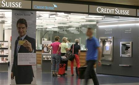 Customers stand at a branch office of Swiss bank Credit Suisse at the airport in Zurich August 2, 2012. REUTERS/Arnd Wiegmann (SWITZERLAND - Tags: BUSINESS)