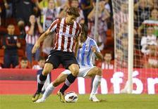 El delantero del Athletic de Bilbao Fernando Llorente ha dicho que su ausencia en una rueda de prensa del club el lunes se debió a que ya se había comprometido con un canal de televisión local para realizar una entrevista. En la imagen, de 23 de septiembre, el delantero del Athletic de Bilbao Fernando Llorente en un partido de Liga contra el Málaga. REUTERS/Felix Ordonez