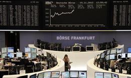 Operatori a lavoro alla borsa di Francoforte . REUTERS/Remote/Lizza David