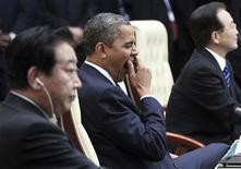 """En su primera reunión con un líder chino desde su reelección, el presidente de Estados Unidos, Barack Obama, dijo el martes que Washington y su principal rival económico deben trabajar juntos para """"establecer claramente las reglas del camino"""" para el comercio y la inversión. En la imagen, el presidente estadounidense, Barack Obama (C) bosteza entre el primer ministro japonés, Yoshihiko Noda (D), y el premier chino, Wen Jiabao, durante la sesión plenaria de la cumbre de la ASEAN y el este de Asia en Phnom Penh el 20 de noviembre de 2012. REUTERS/Samrang Pring"""