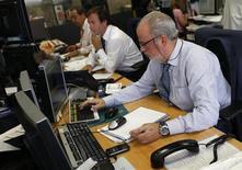 Operatori al computer durante una seduta di borsa. REUTERS/Andrea Comas