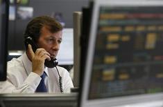 Un operatore al telefono. REUTERS/Andrea Comas