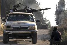 Disparos de morteros alcanzaron el martes el edificio del Ministerio de Información en Damasco, informó la televisión estatal siria, que dijo que se habían producido algunos daños pero que no había habido víctimas. En la imagen, varios miembros del Ejército Libre Sirio en un vehículo armado en la localidad de Atareb el 17 de noviembre de 2012. REUTERS/Abdalghne Karoof