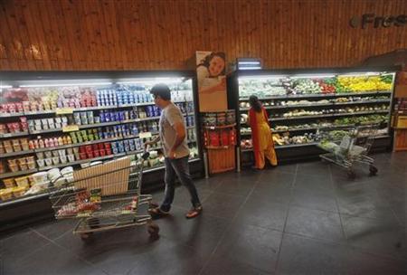 Customers shop inside a HyperCity supermarket in Mumbai September 14, 2012. REUTERS/Vivek Prakash/Files