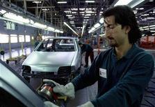 Un operaio a lavoro nello stabilimento Fiat di Melfi. REUTERS