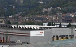 <p>ArcelorMittal, qui a confirmé prévoir encore une année difficile en 2013, perd 1,5% vers 12h00 à la Bourse de Paris. Le sidérurgiste avait gagné près de 2% lundi. /Photo prise le 18 septembre 2012/REUTERS/François Lenoir</p>