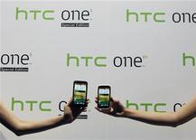 """La taiwanesa HTC está satisfecha con su acuerdo de patentes con Apple, pero considera """"escandalosas"""" las informaciones de prensa sobre los detalles del acuerdo de licencias, dijo el martes el consejero delegado Peter Chou a los periodistas. En la imagen, dos teléfonos de HTC en su lanzamiento en Taipei el 16 de octubre de 2012. REUTERS/Pichi Chuang"""