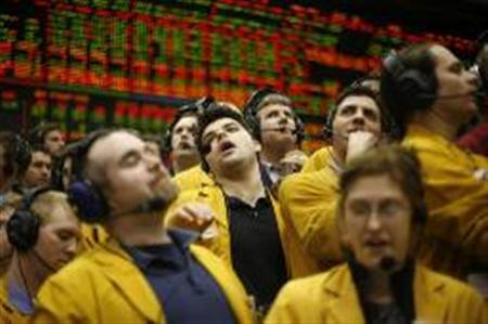Clerks react in the Euro Dollar Pit at the Chicago Mercantile Exchange, in this March 21, 2007 file photo, after the U.S. Federal Reserve announced it would hold benchmark interest rates steady. REUTERS/John Gress/Files