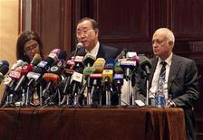 Secretário-geral da ONU, Ban Ki-moon (C), fala durante coletiva de imprensa com o Secretário-geral da Liga Árabe, Nabil Elaraby (D), após reunião no Cairo, Egito. O chefe da ONU pediu por um cessar-fogo imediato na Faixa de Gaza nesta terça-feira e a secretária de Estado norte-americana, Hillary Clinton, está à caminho da região com uma mensagem de que a escalada do conflito não é do interesse de ninguém. 20/11/2012 REUTERS/Asmaa Waguih