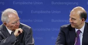 """Ministro das Finanças da Alemanha, Wolfgang Schaeuble (E), e ministro das Finanças francês, Pierre Moscovici, participam de coletiva de imprensa em Bruxelas, Bélgica. Schaeuble disse nesta terça-feira que a França recebeu um """"pequeno alerta"""" com o corte em um grau de seu rating soberano pela agência Moody's, mas advertiu contra um excesso de dramatização do rebaixamento da nota. 13/11/2012 REUTERS/Francois Lenoir"""