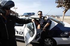 Policiais israelenses vigiam homem preso próximo à embaixada dos EUA em Tel Aviv, Israel. Um homem esfaqueou um segurança da embaixada dos EUA em Tel Aviv nesta terça-feira e foi detido, disse um porta-voz da polícia, e a Rádio Israel informou que o agressor é um israelense com passagens pela polícia. 20/11/2012 REUTERS/Baz Ratner