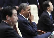 Президент США Барак Обама сидит между премьер-министрами Японии Йошихико Нодой (справа) и Китая Вэнь Цзябао на саммите в Пномпене 20 ноября 2012 года. Обама призвал азиатских лидеров ослабить напряженность в богатом нефтью и газом Южно-Китайском море и на других спорных территориях, хотя удержался от прямой поддержки союзников - Японии, Филиппин и Вьетнама - в их диспутах с Китаем. REUTERS/Samrang Pring