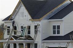 <p>Maison en construction à Poolesville, dans le Maryland. Les mises en chantier de logements ont augmenté de 3,6% au mois d'octobre, au taux annualisé de 894.000 unités en données corrigées des variations saisonnières, selon le ministère du Commerce. Il s'agit du plus haut niveau en plus de quatre ans pour cet indicateur volatil et sujet à des révisions importantes. /Photo prise le 23 octobre 2012/REUTERS/Gary Cameron</p>