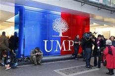 <p>Devant le siège de l'UMP à Paris. Les ténors du parti de droite ont entrepris mardi de panser leurs blessures et d'écarter le spectre d'un schisme après la lutte fratricide pour la présidence de la principale formation d'opposition remportée par Jean-François Copé contre François Fillon. /Photo prise le 19 novembre 2012/REUTERS Charles Platiau</p>