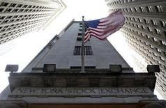 "<p>Wall Street a débuté en baisse mardi, après deux séances de hausse d'affilée, à la suite de la décision de Moody's de priver la France de son ""triple A"" et de la publication de résultats décevants de la part de Hewlett-Packard. Le Dow Jones perd 0,46%, le Standard & Poor's 500 0,44% et le Nasdaq 0,4%. /Photo prise le 19 novembre 2012/REUTERS/Chip East</p>"