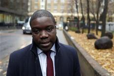 <p>Kweku Adoboli, ancien trader de la banque suisse UBS, a été condamné mardi à sept ans de prison pour avoir fait perdre 2,3 milliards de dollars (1,8 milliard d'euros) à son employeur suite à des transactions hasardeuses et non autorisées. /Photo prise le 20 novembre 2012/REUTERS/Stefan Wermuth</p>