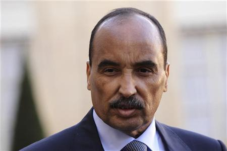 Mauritania's President Mohamed Ould Abdel Aziz listens to French President as they speak to journalists after a meeting at the Elysee Palace in Paris, November 20, 2012. REUTERS/Philippe Wojazer