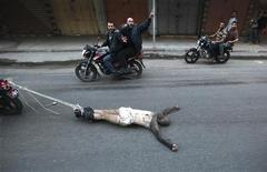 El presidente egipcio predijo el martes que la ofensiva de Israel en Gaza terminaría hoy mismo, informaron los medios estatales egipcios, mientras la secretaria de Estados de EEUU, Hillary Clinton, se desplazaba a la región para intentar calmar el conflicto. En la imagen, varios palestinos arrastran a un hombre que supuestamente colaboraba con Israel, el 20 de noviembre de 2012 en Gaza. REUTERS/Mohammed Salem