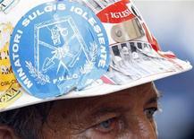 Un operaio dell'Alcoa con l'adesivo dei minatori del Sulcis Iglesiente sull'elmetto. La foto è stata scattata a Roma il 30 agosto scorso. REUTERS/Giampiero Sposito