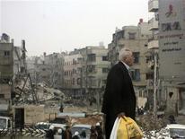 <p>Foto de archivo. Residentes caminan cerca a edificios dañados tras bombardeos de fuerza leales al presidente sirio Bashar al-Assad, en Harasta cerca a la capital Damasco. 19 noviembre, 2012. Las tropas del presidente Bashar al-Assad, apoyadas por tanques, luchaban el martes para expulsar a las fuerzas rebeldes de un bastión opositor en un suburbio de Damasco, en los combates más intensos ocurridos en meses en la capital de Siria. REUTERS/Abed Al-Kareem Muhammad/Shaam News Network/Handout</p>