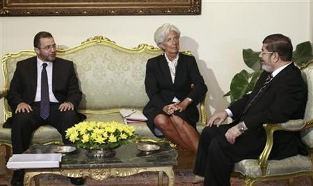Egypt's President Mohamed Mursi (R) and Prime Minister Hisham Kandil meet with IMF Managing Director Christine Lagarde (C) at the Presidential Palace in Cairo, August 22, 2012. REUTERS/Amr Abdallah Dalsh