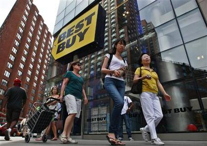 People walk past a Best Buy store in New York in this August 21, 2012, file photo. REUTERS/Brendan McDermid/Files