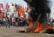 <p>Manifestantes bloquean el puente Pueyrredon en una huelga nacional en Buenos Aires. 20 de noviembre, 2012. Sindicatos opositores al Gobierno argentino bloquearon el martes carreteras y calles, paralizaron el transporte por tierra y aire y frenaron las exportaciones de granos, en la primera huelga general en casi 10 años para exigir compensaciones para los trabajadores por la alta inflación en el país. REUTERS/Enrique Marcarian</p>