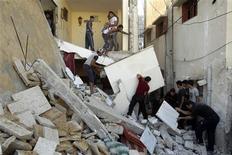 <p>Maisons détruites à Rafah, dans le sud de la bande de Gaza. Un porte-parole du gouvernement israélien a dementi mardi, quelques instants après l'annonce par un responsable du Hamas de l'entrée en vigueur d'un cessez-le-feu à 22h00 GMT autour de la bande de Gaza. /Photo prise le 20 novembre 2012/REUTERS/Ibraheem Abu Mustafa</p>