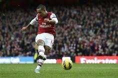 <p>L'ailier d'Arsenal Theo Walcott est forfait pour le match de Ligue des champions contre Montpellier, mercredi, en raison d'une blessure contractée le week-end dernier en championnat. /Photo prise le 17 novembre 2012/REUTERS/Dylan Martinez</p>