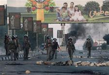 Soldati israeliani durante gli scontri con palestinesi che lanciano pietre per protestare contro l'operazione militare nella striscia di Gaza. Nablus, 20 novembre 2012. REUTERS/Abed Omar Qusini