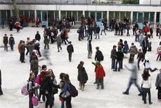<p>La réforme des rythmes scolaires visant à revenir à une semaine de neuf demi-journées s'étalera sur 2013 et 2014, permettant à chaque commune d'y participer dès l'année prochaine ou dans deux ans, comme le réclamaient certains maires. /Photo d'archives/REUTERS/Charles Platiau</p>