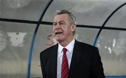 <p>Le sélectionneur de la Suisse, Ottmar Hitzfeld, a été suspendu deux matches pour avoir fait un doigt d'honneur envers l'arbitre lors d'une rencontre de qualification pour la Coupe du monde 2014 en Norvège le mois dernier. /Photo prise le 14 novembre 2012/REUTERS/Zoubeir Souissi</p>